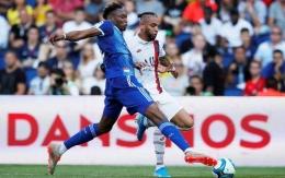 Mohamed Simakan saat berduel dengan punggawa Paris Saint Germain, Layvin Kurzawa