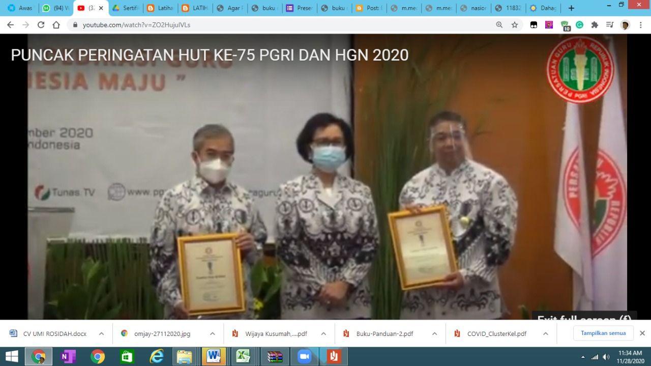 Prof Eko dan Prof Yudi Latief, mendapatkan penghargaan dari PGRI