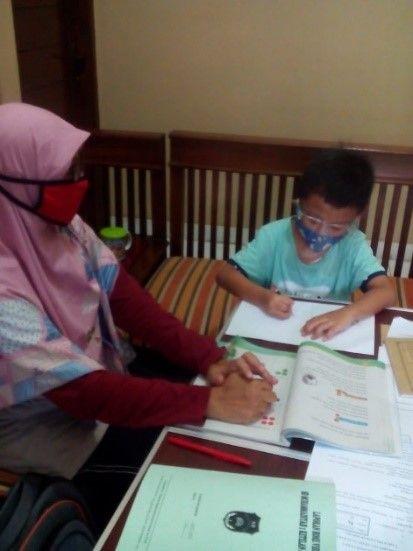 Kunjungan konfirmasi pembelajaran di rumah siswa (Dokpri)