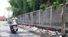 Timbunan sampah di ujung jalan desa Ponokawan di kawasan bypass Krian Sidoarjo, selokan di pinggir tembok pun penuh sampah. (Foto: Dokuentasi Pribadi)