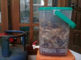 Komposter di rumah penulis untuk memanfaatkan sampah organik. (Foto: Dokuentasi Pribadi)