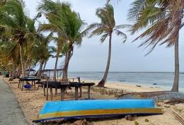 Kondisi pantai wisata di Nembrala yang sepi karena pandemi. (foto: Alex)
