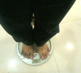 Ilustrasi menimbang berat badan. (Dokumentasi pribadi/Sigit Eka Pribadi)