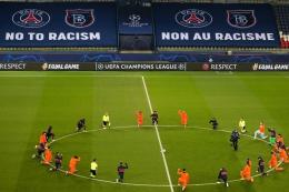 Ilustrasi: Pemain dan wasit berlutut di lapangan melawan rasialisme sebelum pertandingan (Foto: AFP/XAVIER LAINE via Kompas.com)