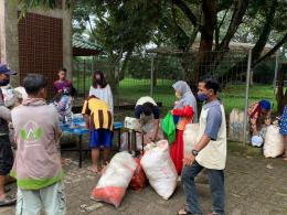 Penukaran sampah plastik dengan beras oleh warga Image cc : @deddot05/twitter.