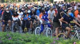 Para pesepeda yang tidak menjaga fisik saat car free day di Jakarta   DW.com