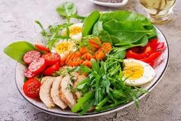 Ilustrasi salad ayam dan telur - foto: freepik.com/timolina