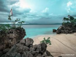 Pasir Putih dan Bongkahan Karang Turut Menghiasi Keindahan Pantai Bambarano (papahiu.my.id)