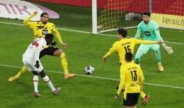 Silas Wamangituka (jersey putih), ketika mencetak gol kedua ke gawang Borussia Dortmund saat Stuttgart menang 5-1. Sumber : Reuters UK