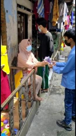 Pembagian masker kepada warga Rt.004 Rw.06 Kelurahan Kramat Kecamatan Senen (Foto:Dok STMIK Nusa Mandiri)