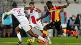 Ignatius Ganago (jersey kuning), salah satu pemain muda di Ligue 1 musim ini, ketika berhadapan dengan Paris Saint Germain. Sumber : bolaskor.com