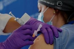 Ilustrasi penyutikan vkasin pada pasien  Sumber gambar: Reuters via www.straitstimes.com