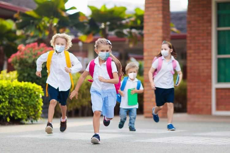 Ilustrasi anak memakai masker(SHUTTERSTOCK/FamVeld via KOMPAS.COM)