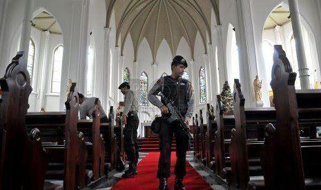 Pengamanan perayaan Natal - Republika/Prayogi