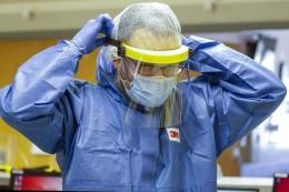 Memberikan alat pelindung diri yang lengkap terhadap COVID-19 bagi mereka yang bekerja di lapangan? Oke! Foto: Los Angeles Times