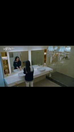 Tangkapan Layar Drama True Beauty Eps. 6-Kang Soo Jin Melakukan Self-Harm (Dok.Pribadi)