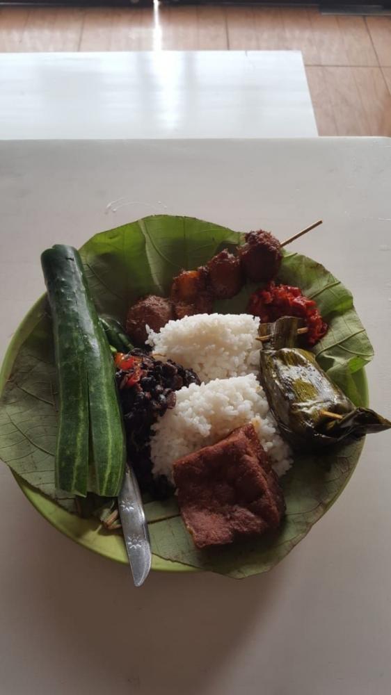 Taucho, tahu, pepes rajungan, sambel, timun di menu nasi jamblang (Dokpri)