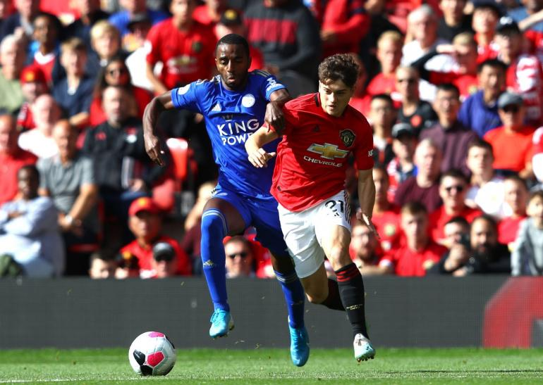 Foto : Dua pemain lawan (Leiceter City VS Manchester United) saling berebut bola (sumber : www.manchestereveningnews.co.uk)