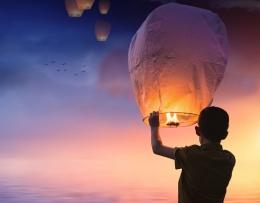 Seorang anak menerbangkan balon di sore hari. Foto oleh: S. Hermann & F. Richter dari Pixabay
