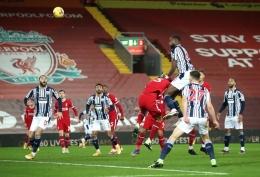 Foto: Semi Ajayi berduel di udara dengan beberapa pemain Liverpool (Sumber : Getty Images)