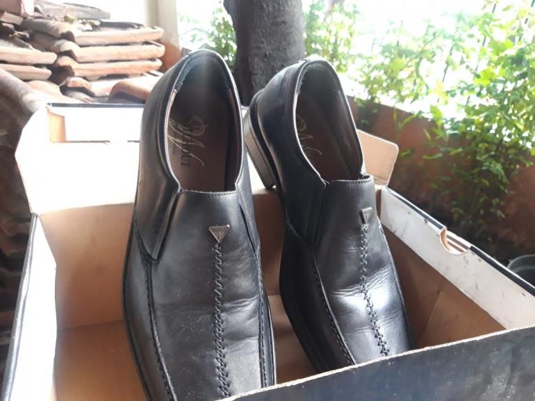 Sepasang sepatu hadiah untuk ayah. Foto: Dokpri