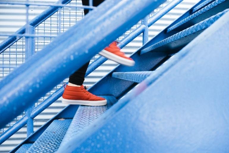 Orang yang naik tangga tahu bahwa setiap menit itu berharga (ilustrasi: unsplash.com/Lindsay Henwood)