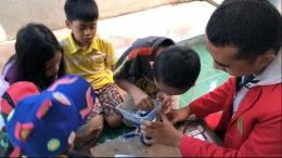 salah satu anak mencoba merakit alat cuci tangan (dokumen pribadi)