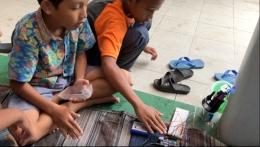 anak - anak mencoba alat cuci tangan dengan sensor ultrasonik (dokumen pribadi)