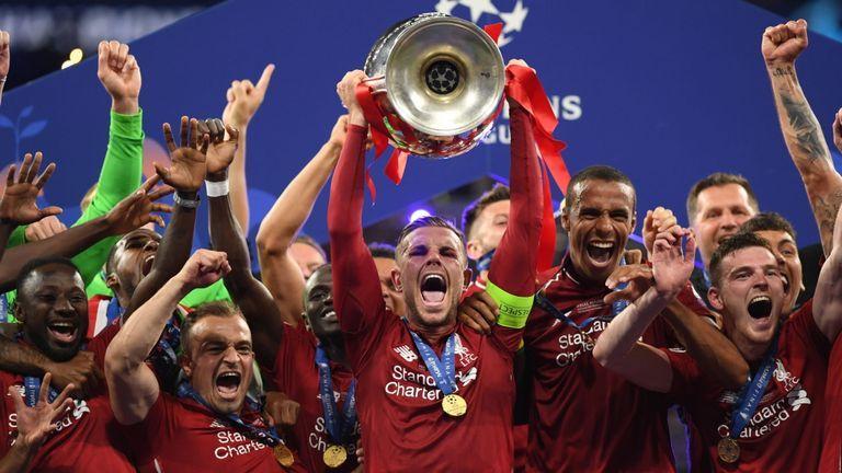 Jordan Henderson memegang Trofi Juara Premier League tahun lalu (Foto Skyspots.com)