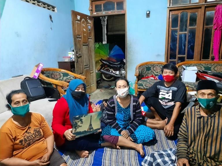 Mahasiswi Untag Surabaya bersama dengan Bapak Ketua RT dan Warga Masyarakat