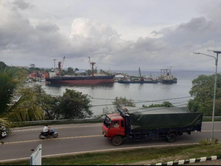 Dokumen Pribadi_Truk Cargo dan Kapal Barang di Pelabuhan Badas Sumbawa Besar, dua transportasi lintas pulau