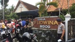 Polisi Republik Indonesia sedang Mengamankan Peribadatan Jemaat Gereja St. Lidwina Bedog (Sumber: CNN Indonesia).