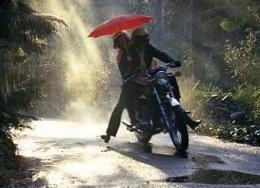 Ilustrasi Kekasih Bersepeda Dua Dalam Hujan (refanidea.com)