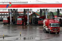 Ilustrasi mobil pengangkut BBM saat di pos pengisian (credit: iNews.id/Yudistiro Pranoto)