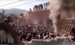 Sebuah kelompok ekstremis sedang merusak dan membakar sebuah kuil Hindu di desa Teri, distrik Karak, di Pakistan pada tanggal 30 Desember. | Sumber: via theguardian.com