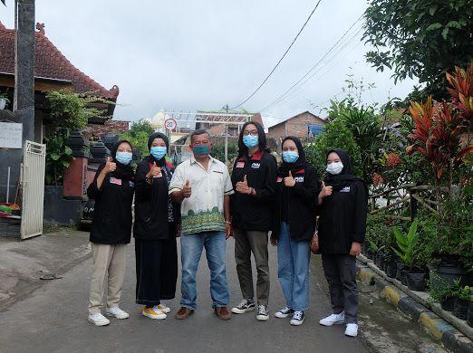 Foto Bersama Antara Ketua RW 06 Dengan Mahasiswa