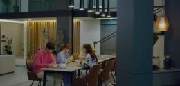 Hae-Hyo dan Hae-Na sedang makan bersama ibu mereka.