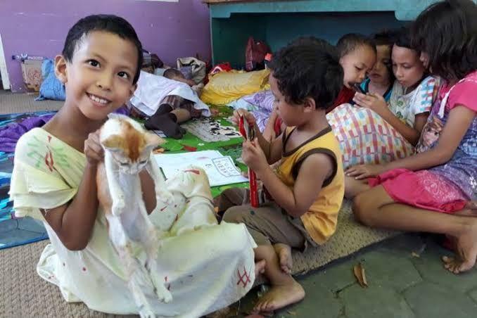 Anak-anak penyintas gempa menggambar di pengungsian (gambar:kompas.com)
