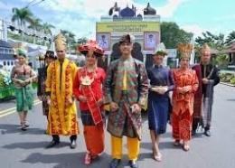 Parade pakaian adat dari 8 etnis di Sumut dengan latar belakang Miniatur Masjid Azizi di Langkat mewakili Provsu memeriahkan pawai taaruf pembukaan STQN ke-25 Tahun 2019 di Pontianak, Kalimantan Barat, Sabtu (29/06/2019). (Foto. ASARPUA.com/humpes)