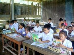 Ilustrasi kegiatan membaca senyap di salah satu sekolah di Laos | Sumber: Wikipedia/ BigBrotherMouse