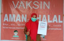 Foto : Kepala puskesmas Patlean, Ibu Nurhan Djafar sesaat setelah di suntik vaksin (dokpri).