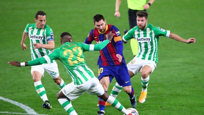 Lionel Messi di antara para pemain Real Betis. Dalam laga ini, Messi masuk sebagai pemain pengganti. (8/2/21)/goal.com