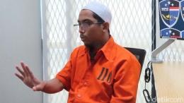 Ustaz Maaher saat diwawancarai detikcom. (Deden Gunawan/detikcom)