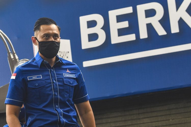 Ketua Umum DPP Partai Demokrat Agus Harimurti Yudhoyono (AHY) berjalan usai memberikan keterangan pers di kantor DPP Partai Demokrat , Jakarta, Senin (1/2/2021). AHY menyampaikan adanya upaya pengambilalihan kepemimpinan Partai Demokrat secara paksa, di mana gerakan itu melibatkan pejabat penting pemerintahan, yang secara fungsional berada di dalam lingkaran kekuasaan terdekat dengan Presiden Joko Widodo. ANTARA FOTO/Muhammad Adimaja/wsj.(ANTARAFOTO/MUHAMMAD ADIMAJA)