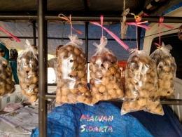 Buah matoa dijual di pinggir jalan (dok. Mawan Sidarta)
