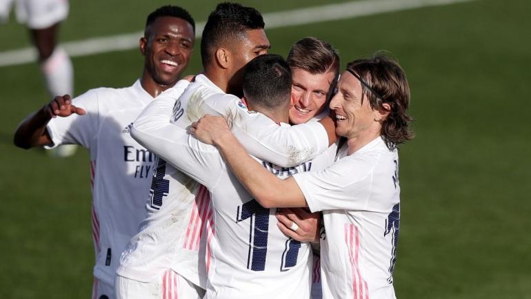 Pemain Real Madrid merayakan gol ke gawang Valencia. (via en.as.com)