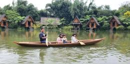 Bersama naik perahu di pagi hari (Foto : koleksi pribadi)