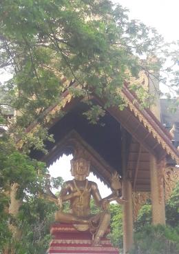 Stupa Maha Brahma di Klenteng Sanggar Agung, Surabaya. (Sumber: Dok. Pribadi)