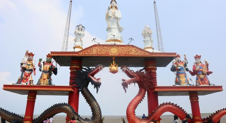 Patung Raksasa Dewi Kwan Im di Klenteng Sanggar Agung, Surabaya. (Sumber: Dok. Pribadi)