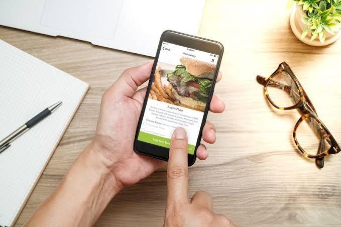 Ilustrasi pesan makan secara daring. Sumber gambar: lifestyle.okezone.com